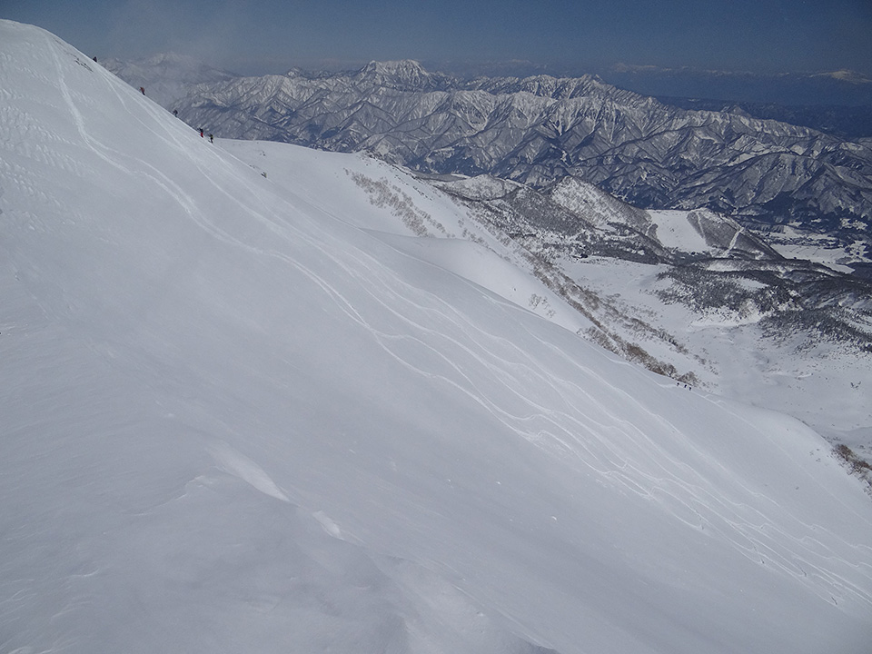 稜線直下の大斜面