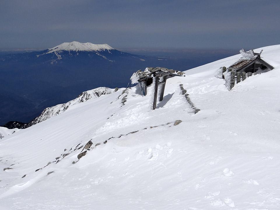 木曽駒山頂から御嶽を遠望