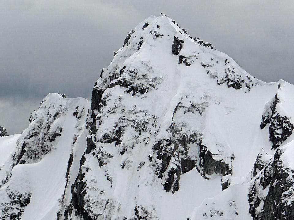宝剣岳中央稜、登攀中の人達が見える