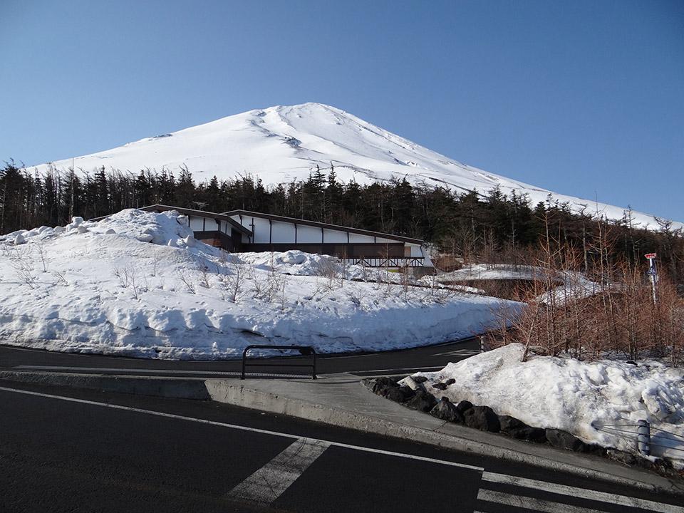 雪がまだ残る吉田口五合目