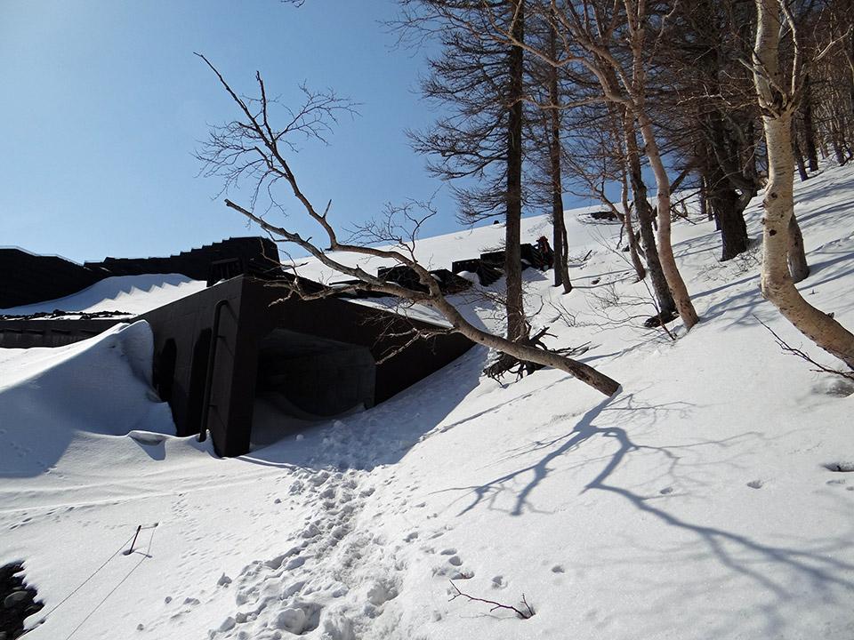 雪に埋もれた落石よけ