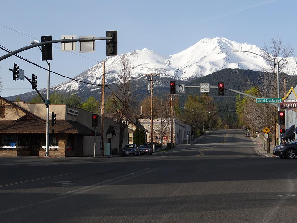 街から見上げたシャスティーナ山とシャスタ山