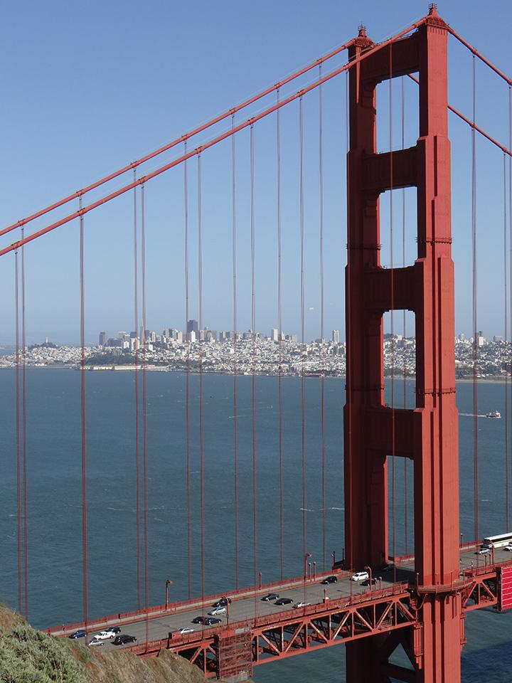橋の向こうにサンフランシスコの市街地を遠望