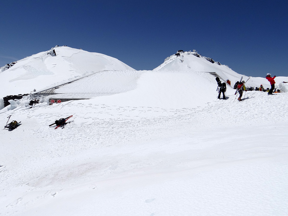 山頂の小屋はほぼ雪に埋没
