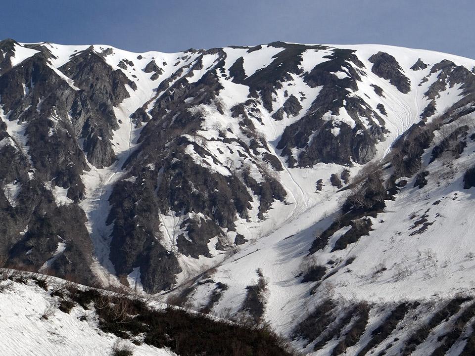 真ん中の小蓮華山を挟んで、左が直登ルンゼ、右が小蓮華山