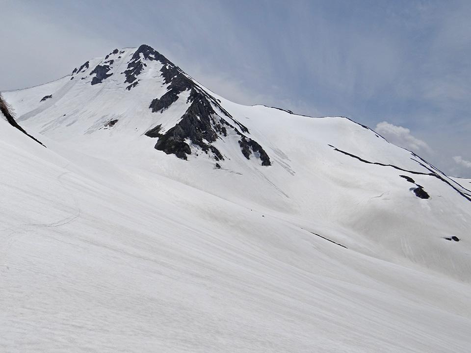 滑走終了地点から旭岳を振り返る