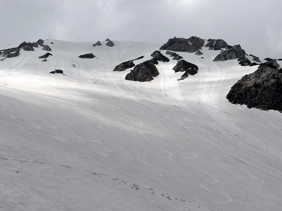 大出原から滑った斜面を見上げる