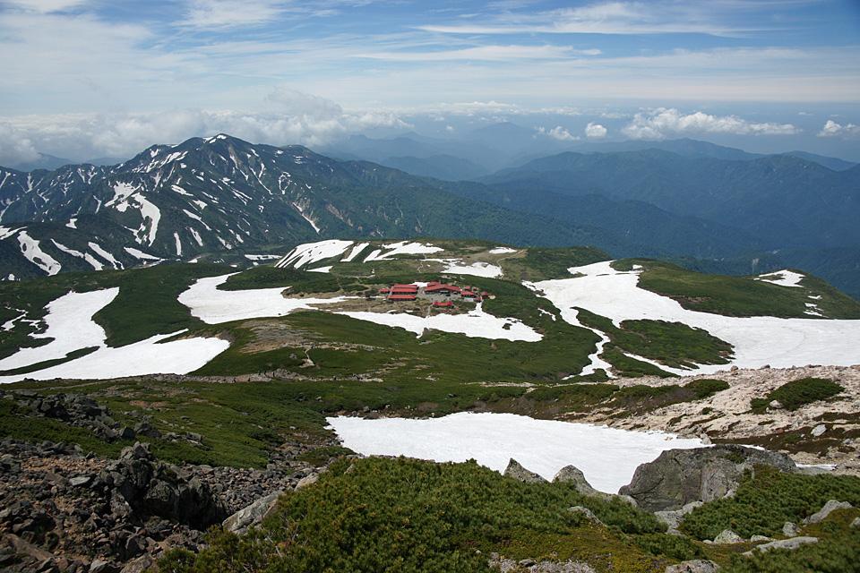 御前峰の山頂から室堂を見下ろす