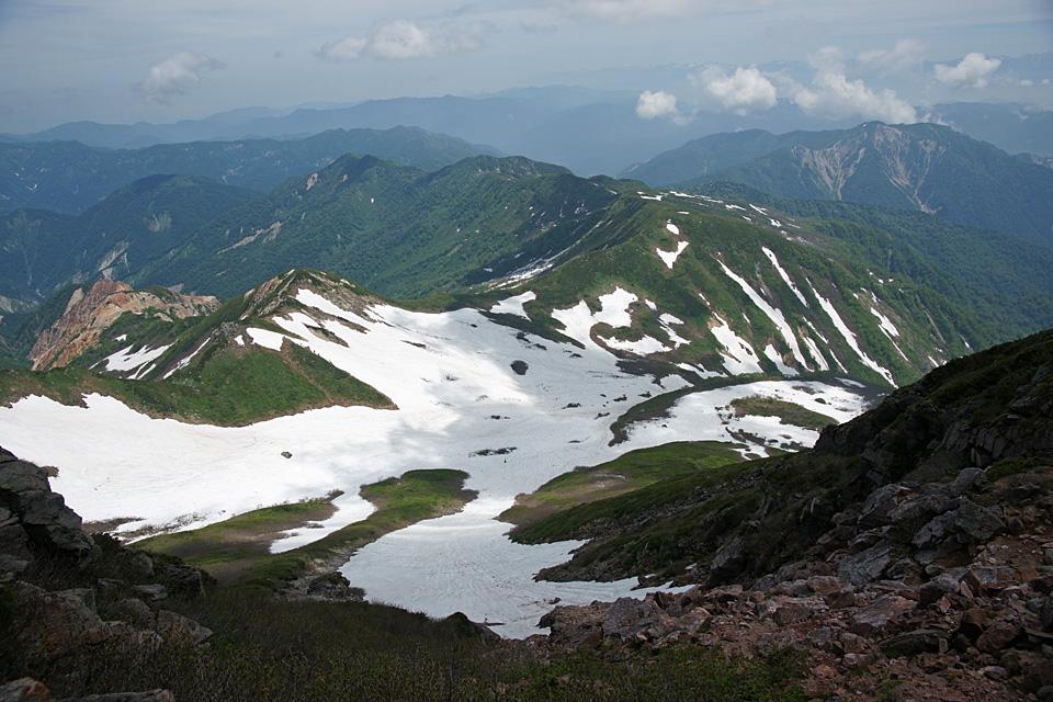 剣ヶ峰の山頂から東面台地を見下ろす
