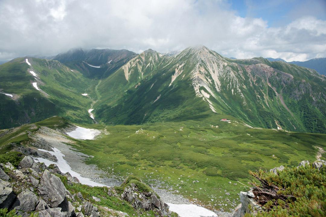 三俣蓮華岳山頂から黒部川源流や鷲羽岳を眺める