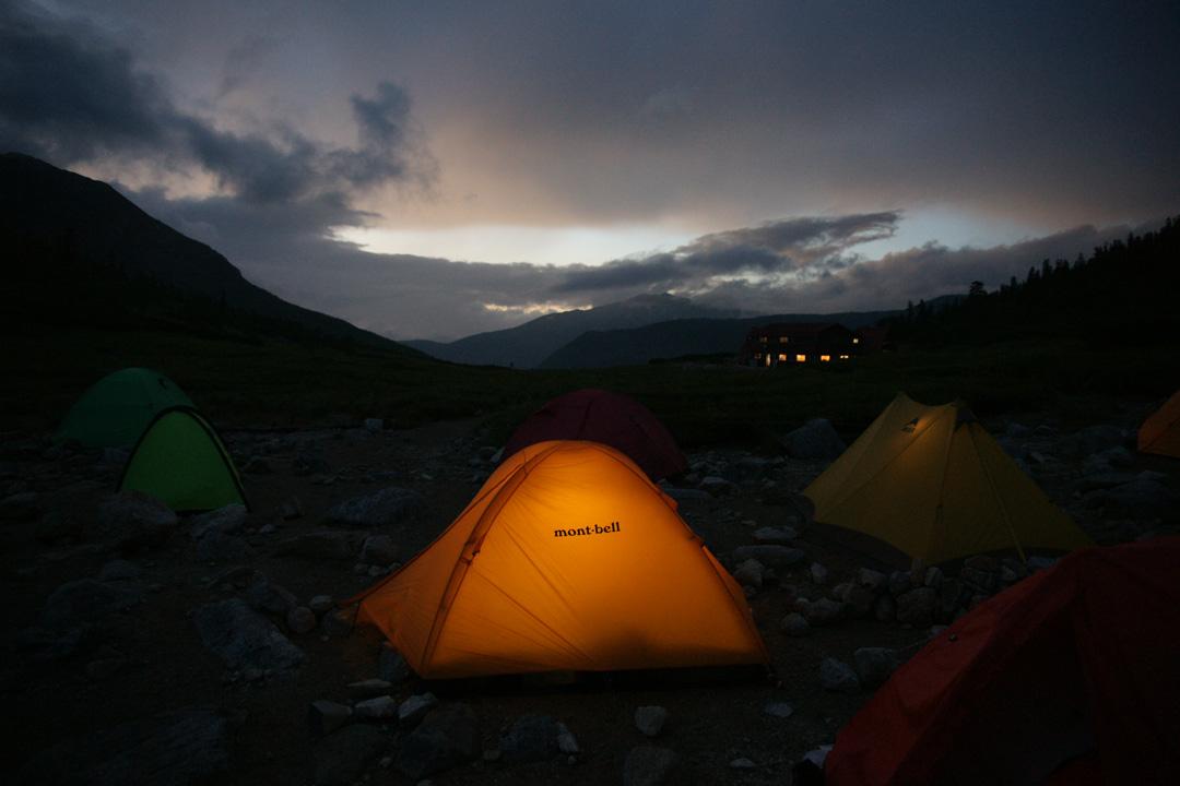 キャンプサイトの夕暮れ