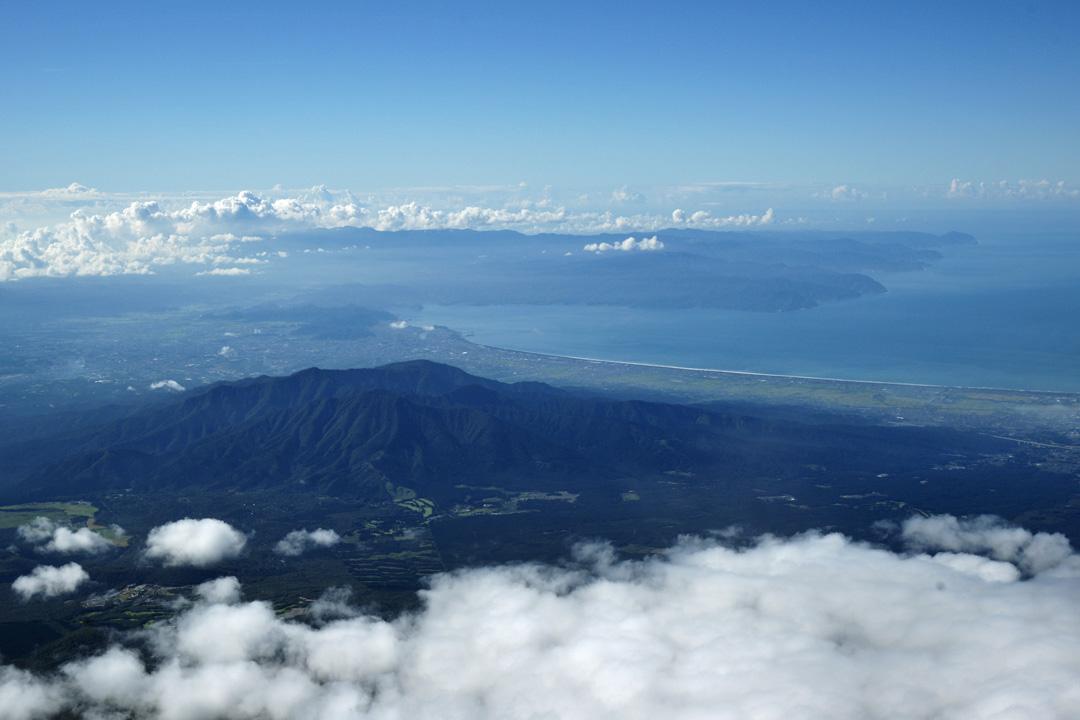愛鷹連峰の向こうに伊豆半島