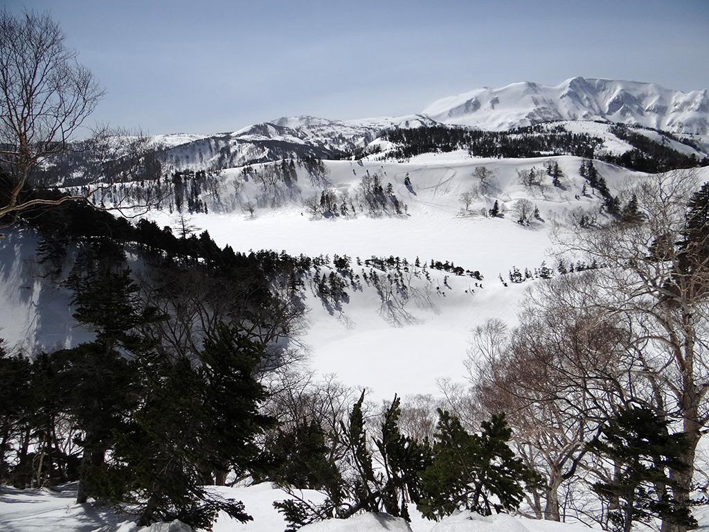 岩菅山と横前倉山との鞍部から風吹大池を見下ろす