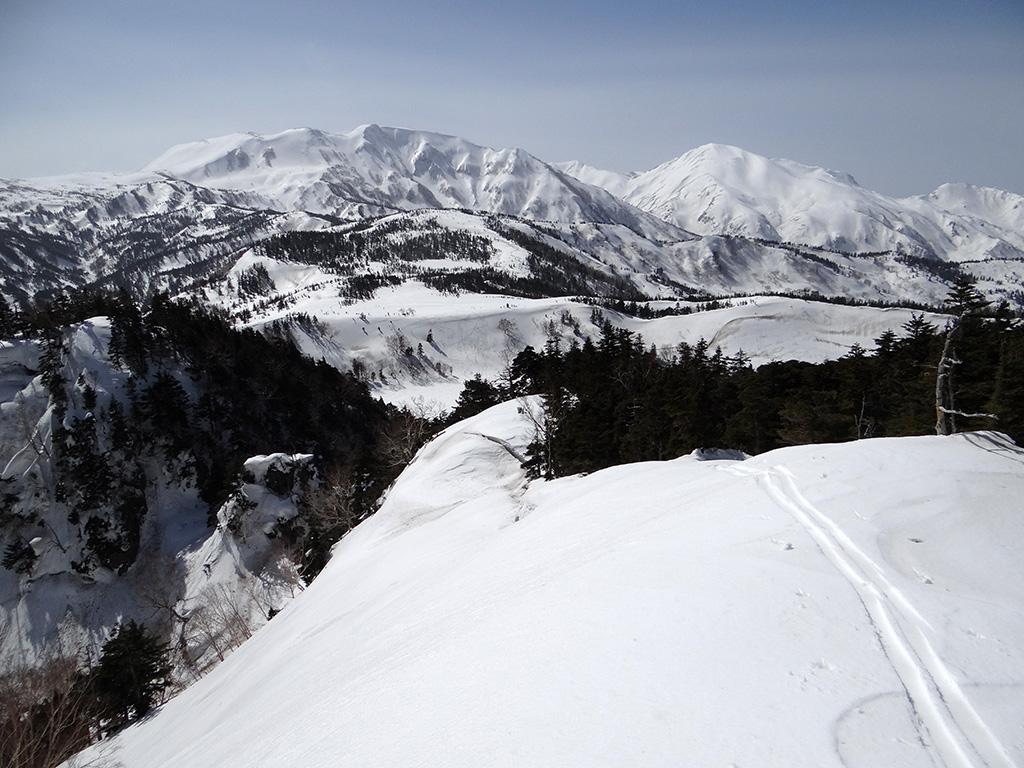 横前倉山の山頂から白馬乗鞍岳を眺める
