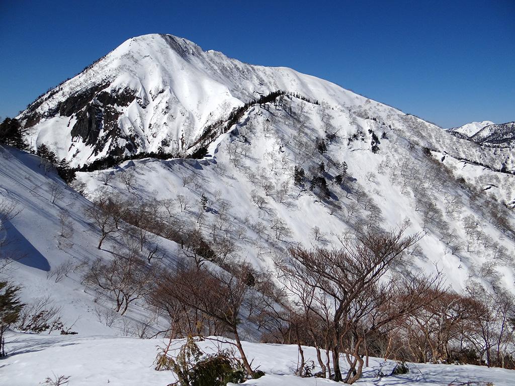 五地蔵山の山頂から高妻山を見上げる