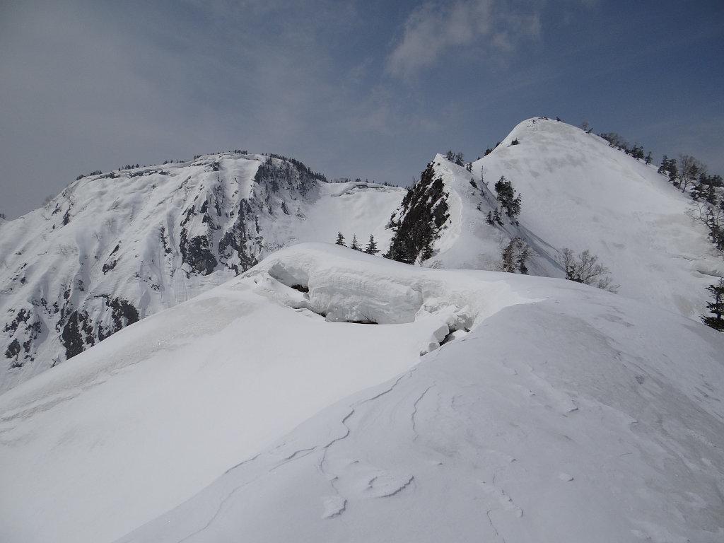 1956m標高点から三方崩山の山頂を望む