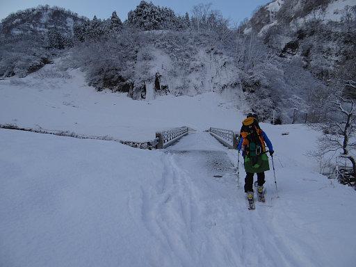 火打山川の橋を渡る