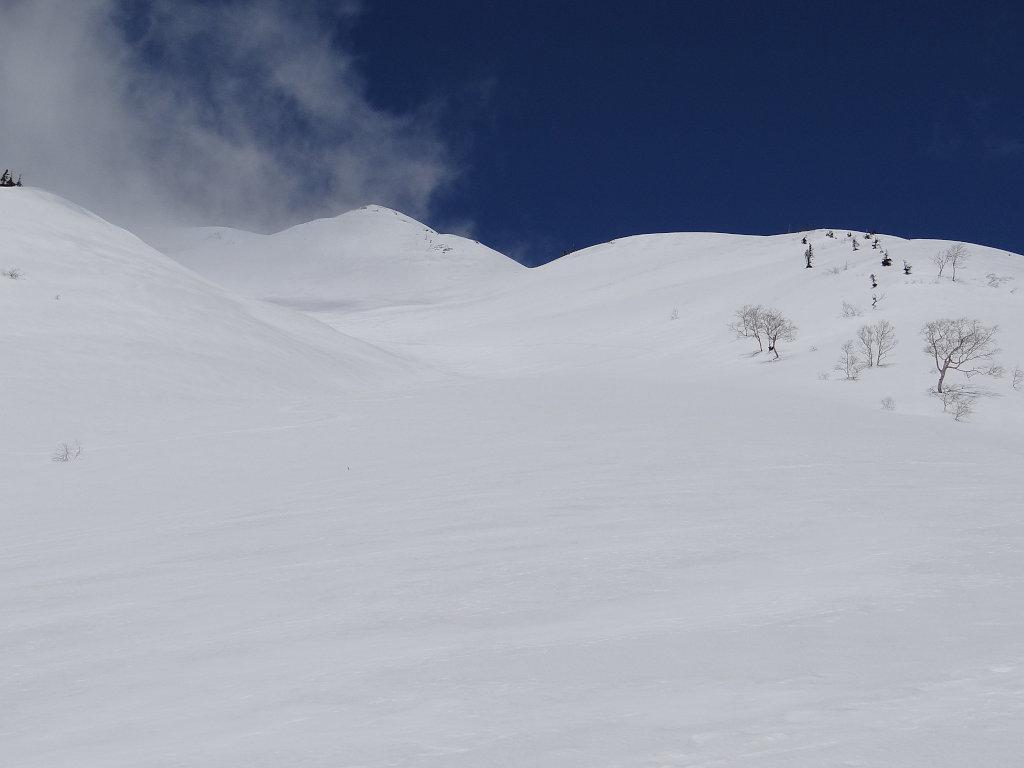 弓折岳を見上げる