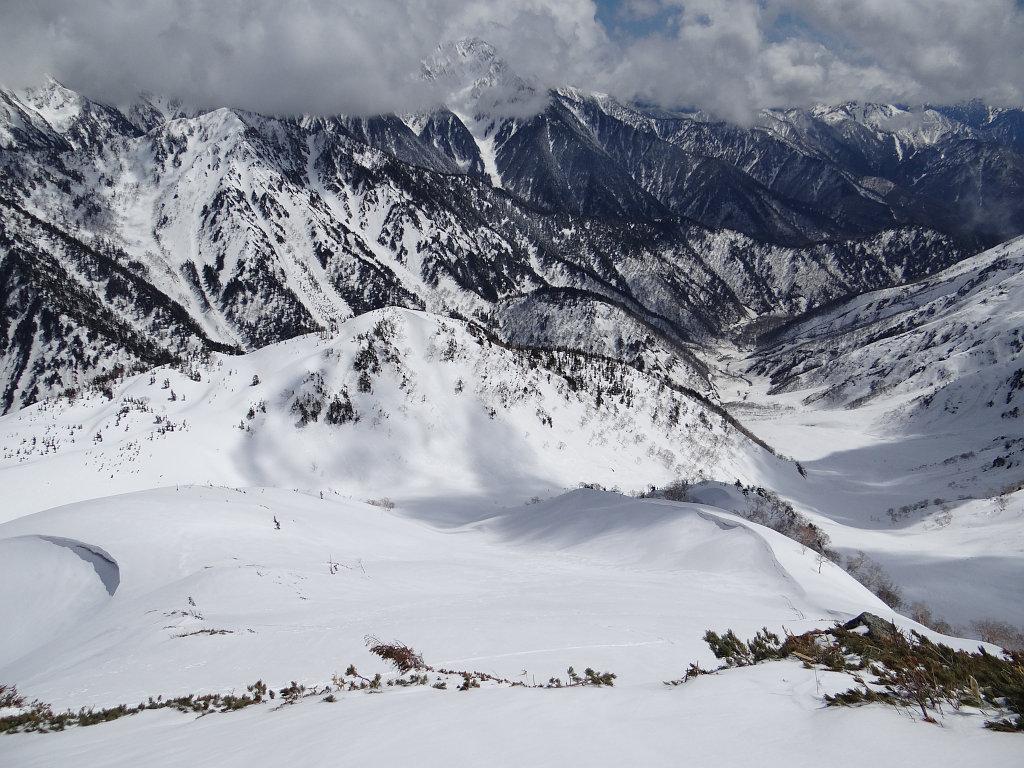 弓折岳山頂から登路を見下ろす