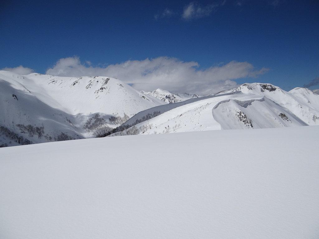 稜線から双六岳や鷲羽岳を望む