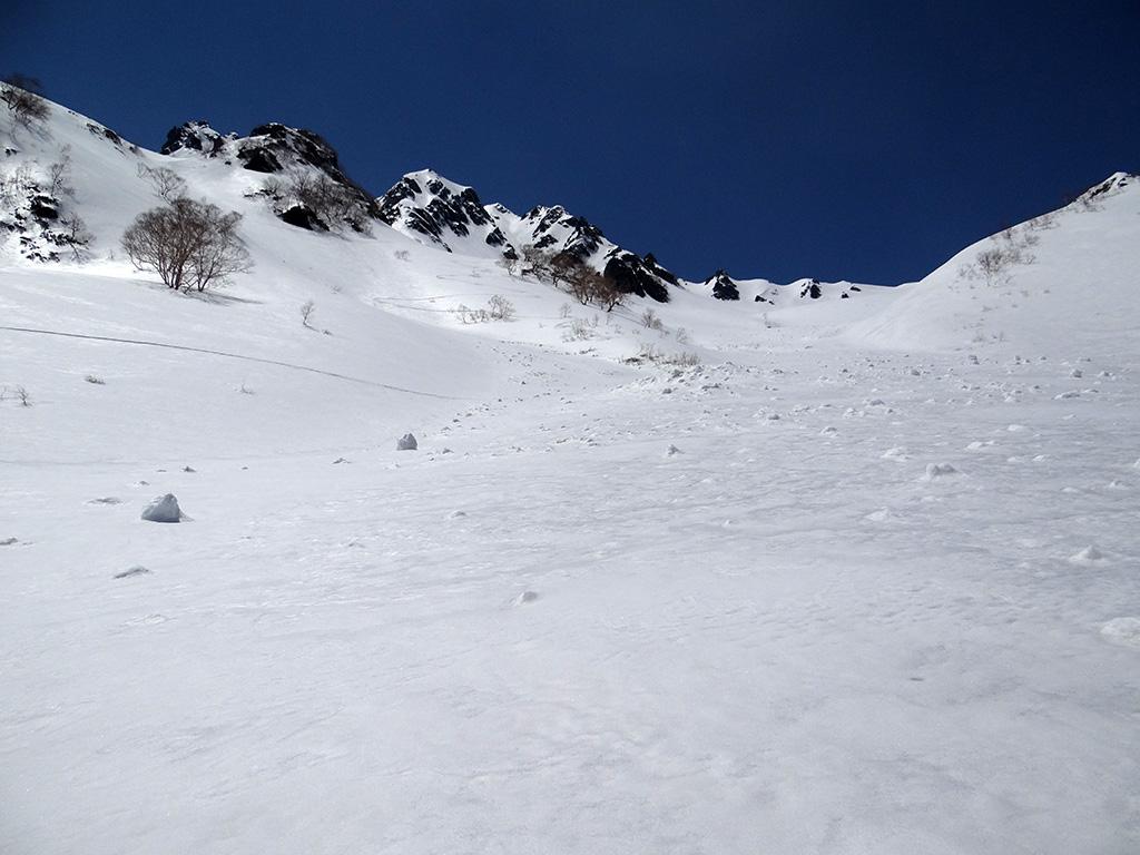下部から水晶岳東面を見上げる