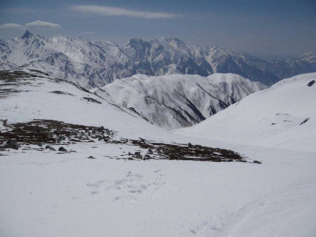 双六岳山頂から双六カールを見下ろす