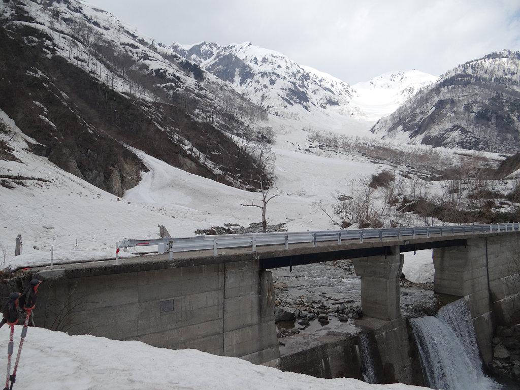 左俣谷の橋から滑った斜面を見上げる