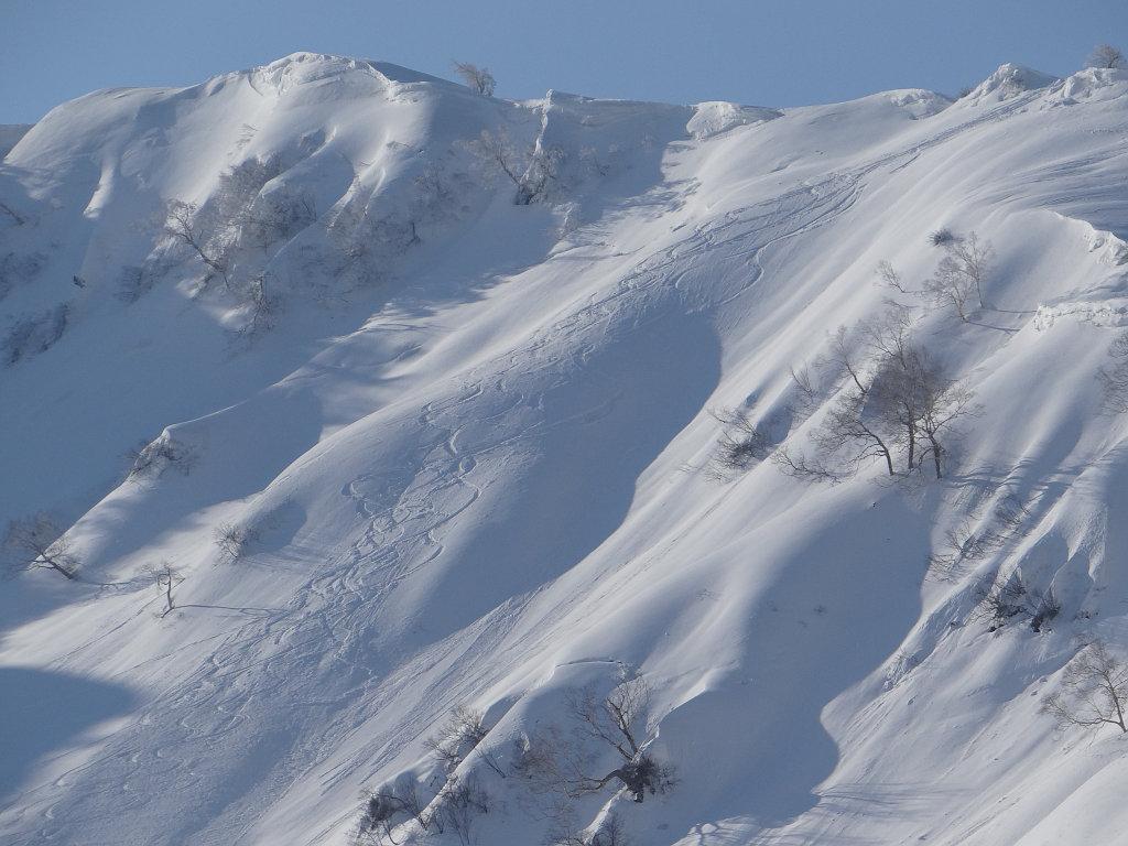 前日滑った昼闇カール上部のシュプール