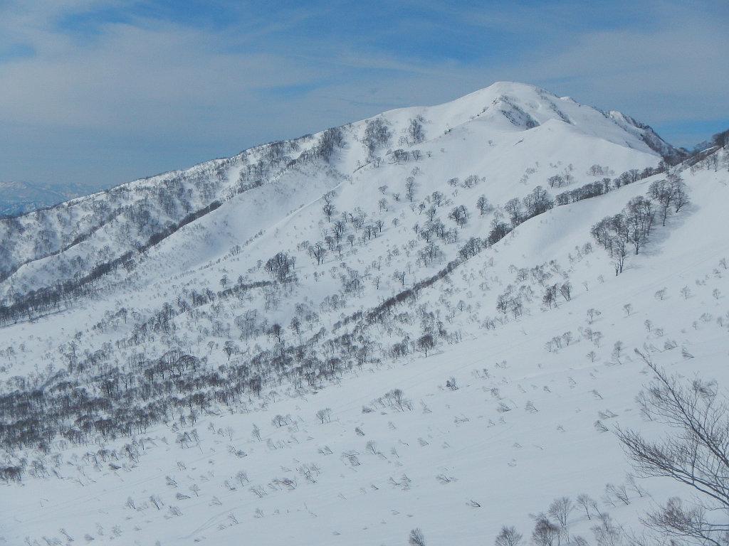 ダイレクト尾根から小白山を望む