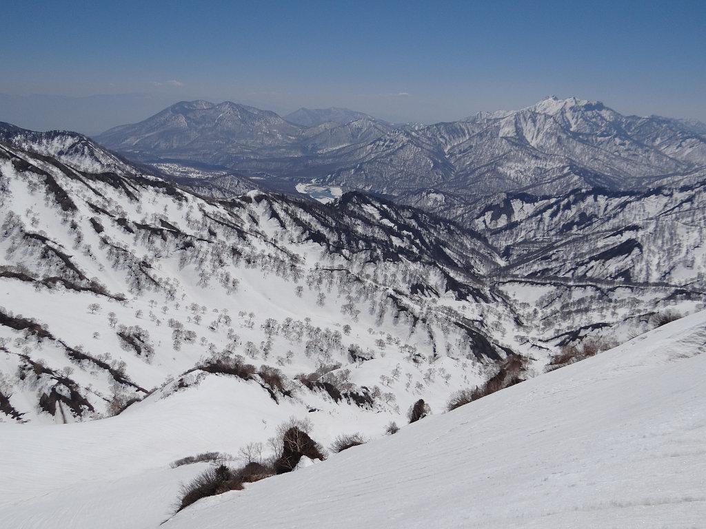 東面を登る途中、黒姫山、乙妻山などを遠望