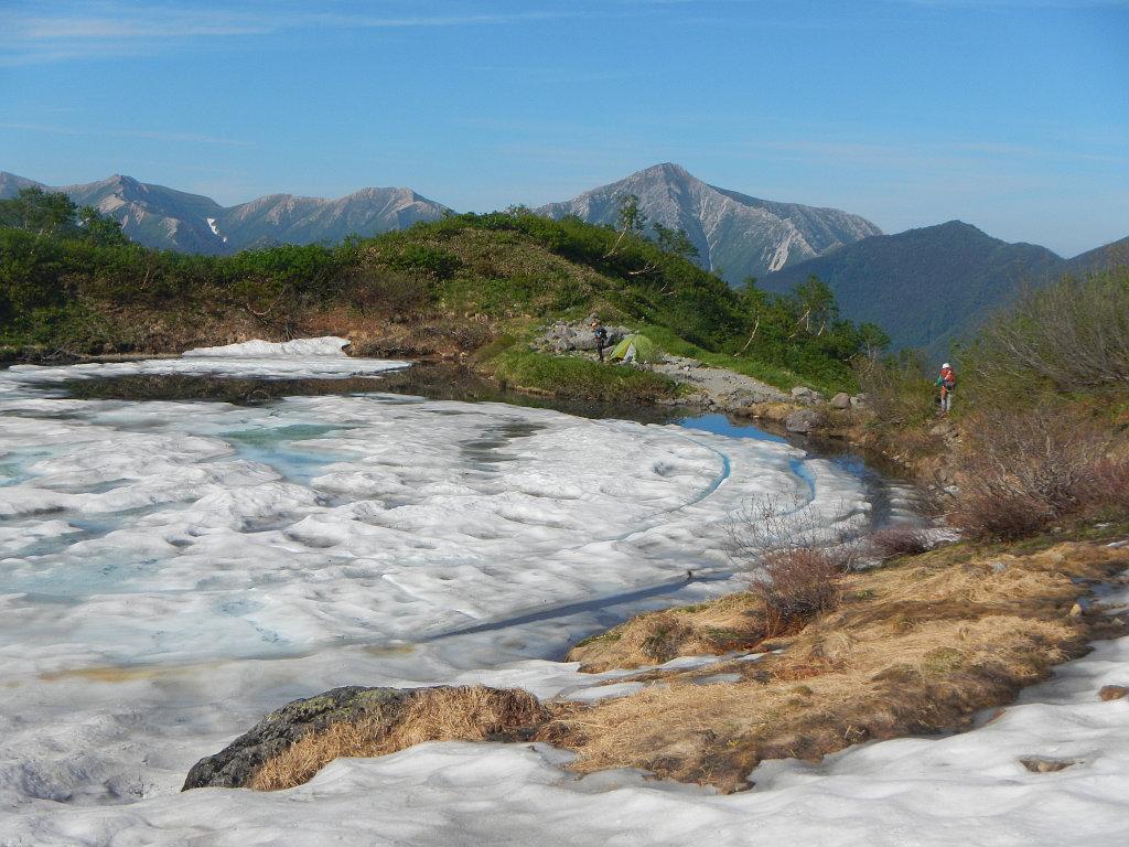 雪まだ浮かぶ奥又白池