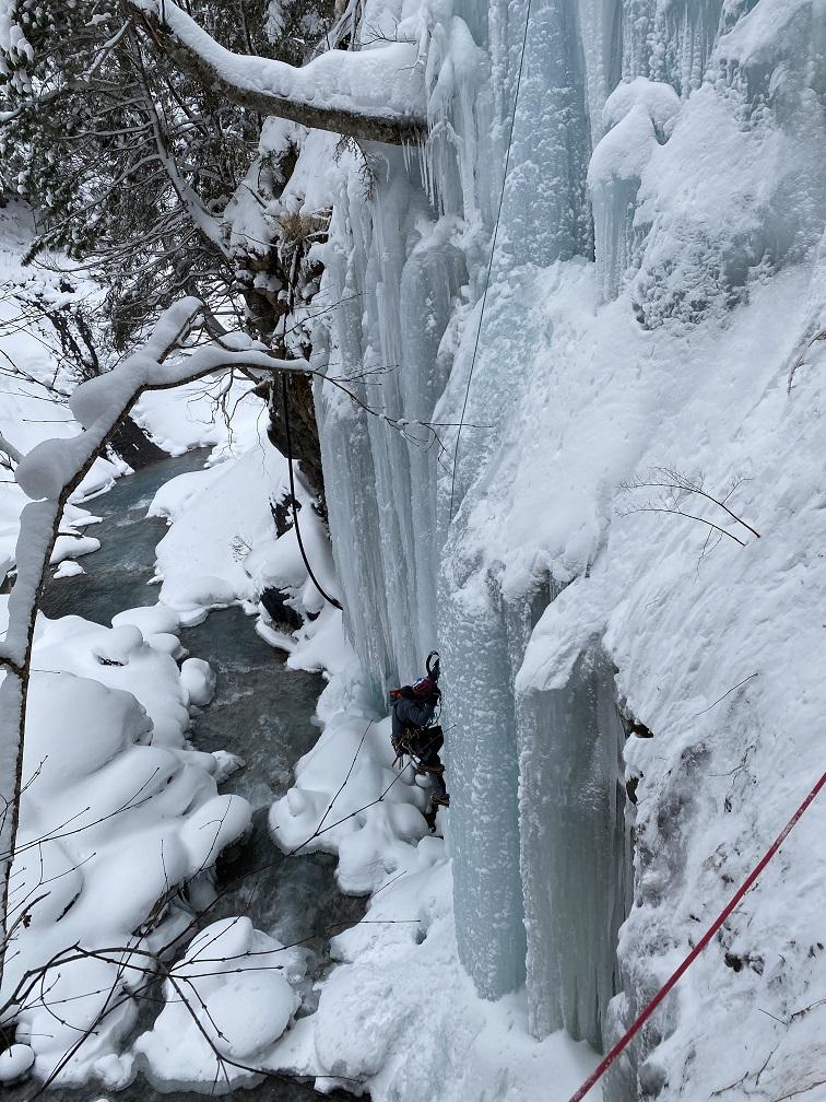湯ノ谷荘の人工氷壁をトップロープで登る